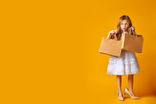 Kids fashion content espantado criança atraente no vestido