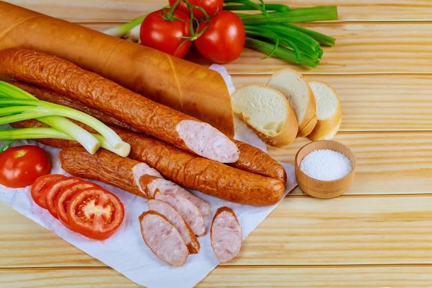 Kielbasa polonês com legumes e pão. vista do topo.