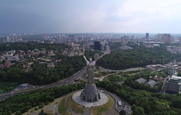 Kiev - a capital da ucrânia. fotografia aérea do zangão. belo país com grande e longa história. país europeu. o monumento da pátria. estátua enorme
