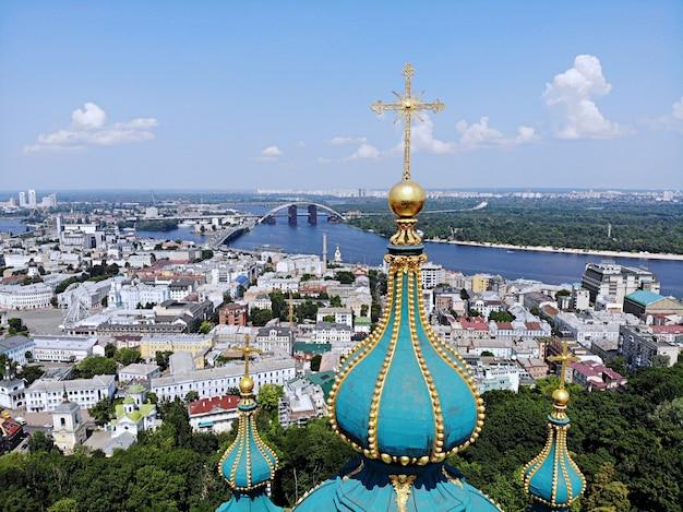 Kiev - a capital da ucrânia. fotografia aérea do zangão. país incrível com grande e longa história. país europeu. igreja de santo andré, grande e bonita
