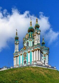 Kiev, ucrânia, 07.11.2020. a igreja de santo andré e a descida de andriyivskyy em kiev, ucrânia, em um dia ensolarado de verão