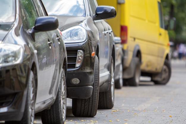Kiev, ucrânia - 14 de outubro de 2019: linha de carros estacionados perto da calçada ao lado da rua em um estacionamento.