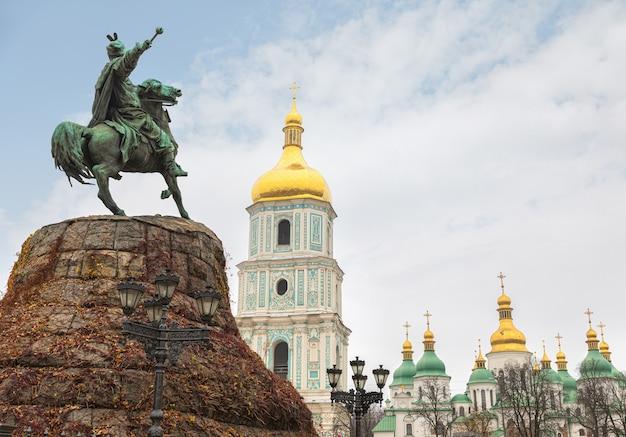 Kiev, ucrânia - 15 de novembro de 2019: monumento de bronze a bogdan khmelnitsky na praça sofia em kiev, ucrânia. monumento da cidade mais conhecido e símbolo original de kiev