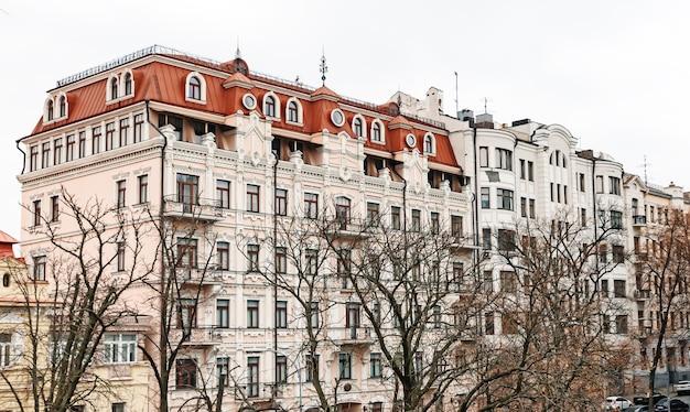 Kiev, ucrânia - 16 de novembro de 2019: as ruas de kiev. arquitetura antiga e nova de kiev. edifícios na histórica cidade velha nas ruas vladimirskaya e desyatynna