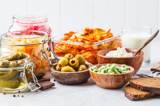 Kimchi, chucrute de beterraba, chucrute, queijo cottage, ervilhas, azeitonas, pão, chocolate, kefir e pepinos em conserva.