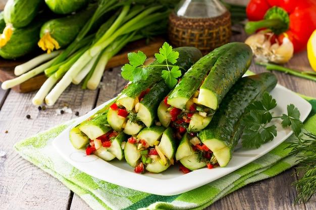Kimchi do pepino em picles coreano pepinos marinados com recheio de vegetais