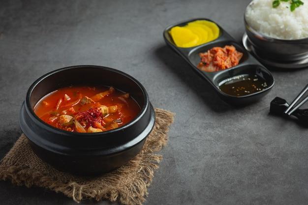 Kimchi jikae ou sopa kimchi pronta para comer em uma tigela
