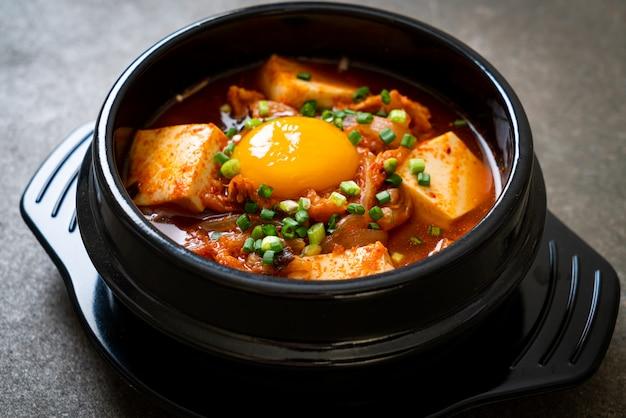 'kimchi jjigae' ou sopa de kimchi com tofu e ovo ou ensopado coreano de kimchi