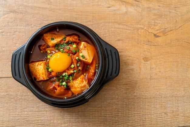 'kimchi jjigae' ou sopa de kimchi com tofu e ovo ou ensopado de kimchi coreano - estilo tradicional de comida coreana
