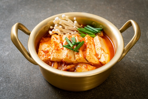 'kimchi jjigae' ou sopa de kimchi com tofu macio ou ensopado coreano de kimchi