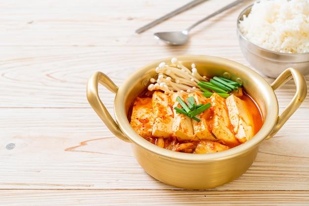'kimchi jjigae' ou sopa kimchi com soft tofu
