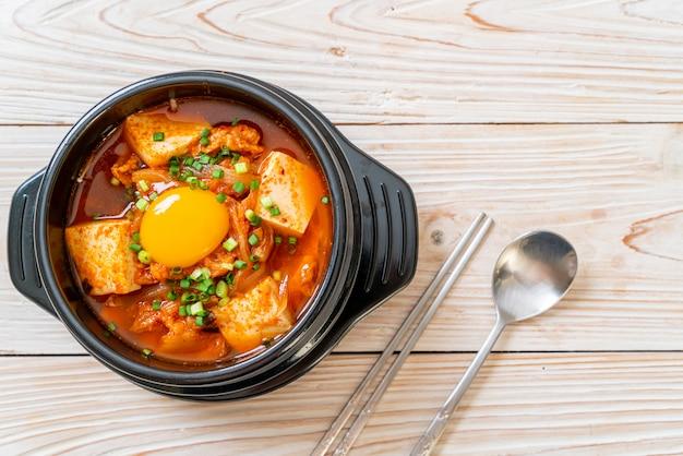 'kimchi jjigae' ou sopa kimchi com tofu e ovo