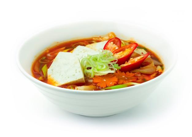 Kimchi jjigae (sopa de guisado de kimchi com tofu)