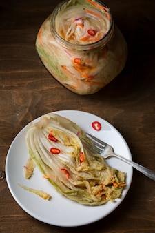Kimchi na mesa de madeira
