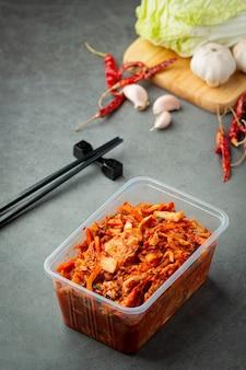 Kimchi pronto para comer em caixa de plástico Foto gratuita