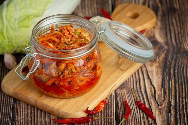 Kimchi pronto para comer em jarra de vidro