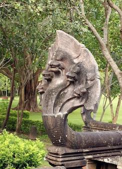 King of nagas próxima escada no parque histórico de phanomrung