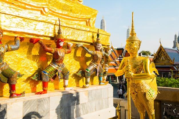 Kinnara do famoso templo de esmeralda bangkok, tailândia