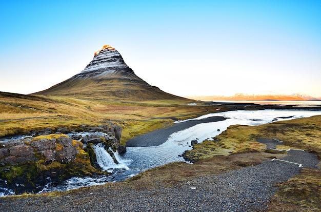 Kirkjufell, a paisagem bonita e marco famoso de islândia.