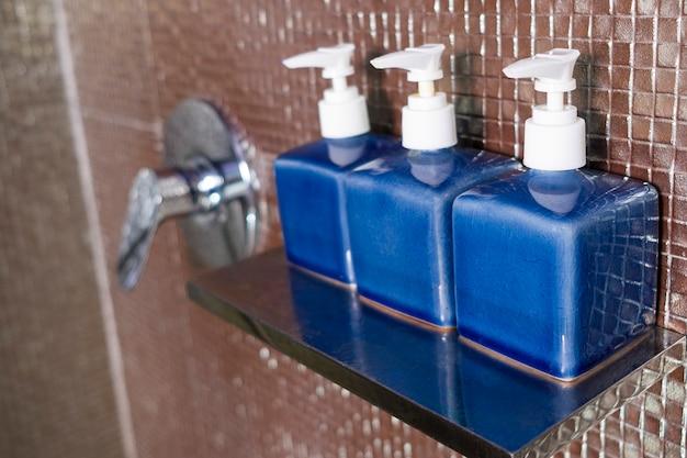 Kit de amenidades de hotel com acessórios de higiene.