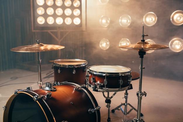 Kit de bateria, instrumento de percussão no palco com luzes