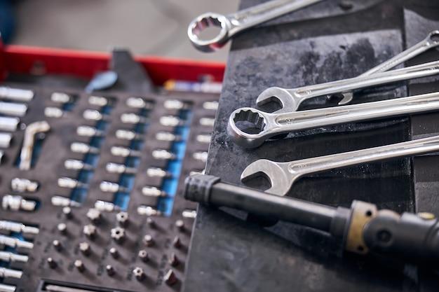Kit de conserto de automóveis e chaves no posto de gasolina