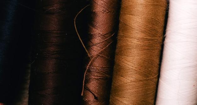 Kit de costura com fios de algodão. vista do topo