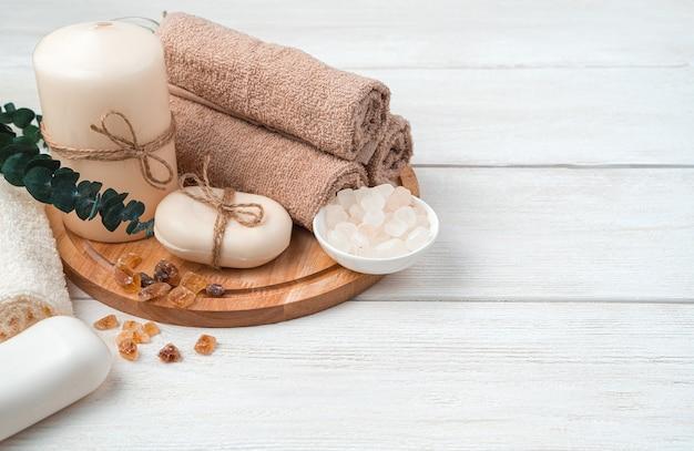 Kit de cuidados de spa com um galho de eucalipto em um fundo branco de madeira. vista lateral, horizontal. agentes de limpeza.