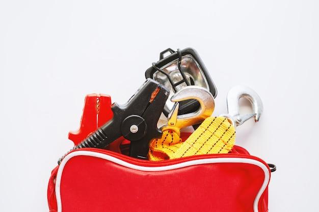 Kit de emergência de carro em fundo branco