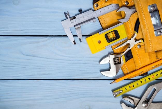 Kit de ferramentas profissionais para um construtor na bolsa