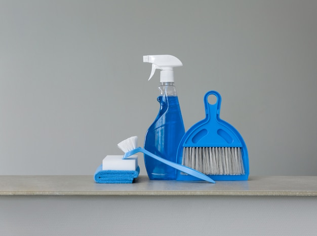Kit de limpeza azul em neutro.