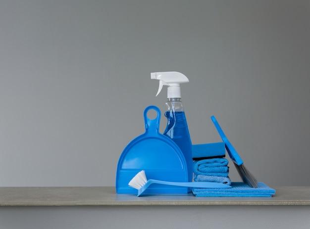Kit de limpeza azul em superfície neutra.