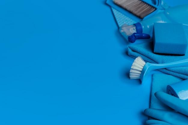 Kit de limpeza azul para limpeza. vista do topo. espaço da cópia