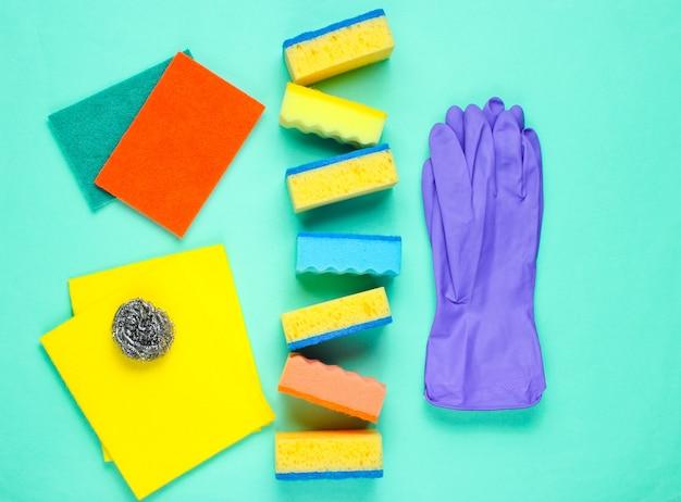 Kit de limpeza doméstica na superfície azul