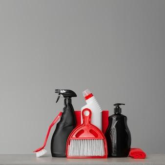 Kit de limpeza vermelho e preto.