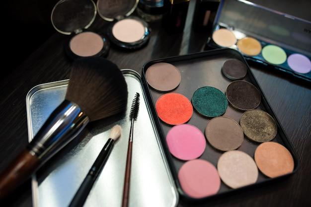 Kit de maquiagem. rímel e sombra.