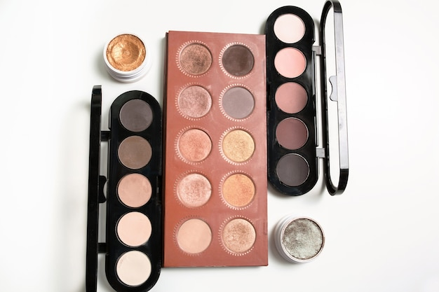 Kit de paletas de maquiagem profissional na cor nude com sombras creme sobre fundo branco