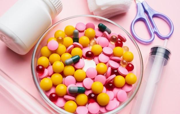 Kit de primeiros socorros de pílulas multicoloridas montanha embalagem rosa saúde.