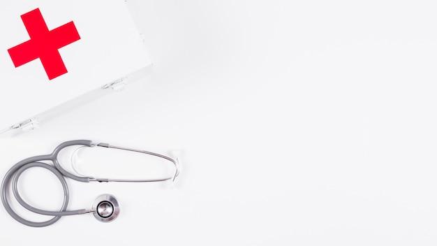 Kit de primeiros socorros e estetoscópio no fundo branco