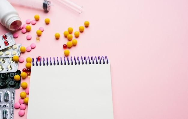 Kit de primeiros socorros para vitaminas, pílulas e remédios, fundo rosa