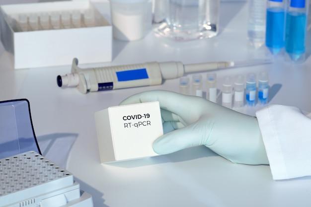 Kit de teste para detectar novos coronavírus covid-19 em amostras de pacientes. o kit de rt-pcr permite converter o rna covid19 viral em dna e amplificar região específica de 2019-ncov no pico de codificação de genes virais.