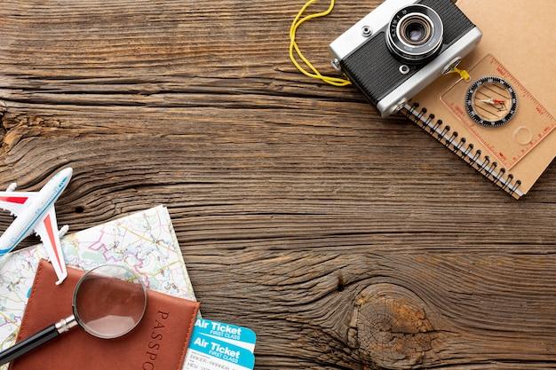 Kit de viagem vista superior em uma mesa de madeira