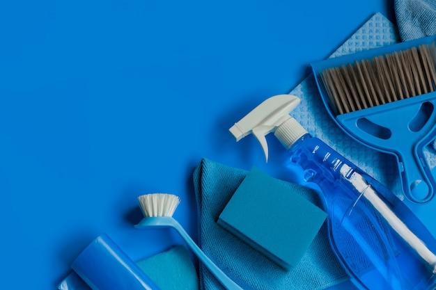 Kit doméstico azul para limpeza de primavera. vista do topo. copie o espaço.