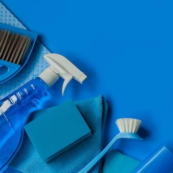 Kit doméstico azul para limpeza de primavera