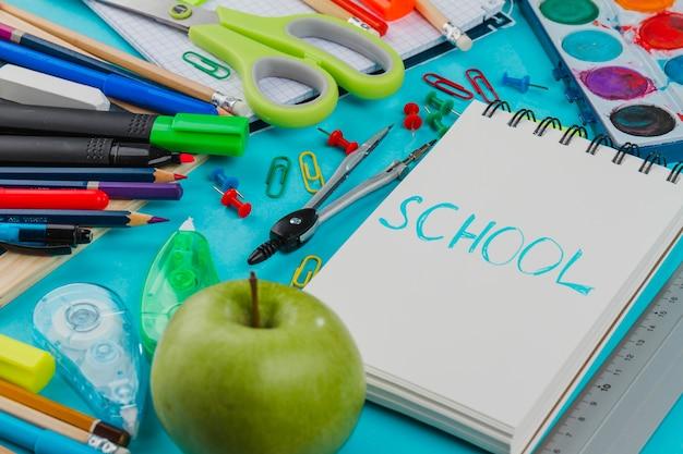 Kit escolar em arranjo