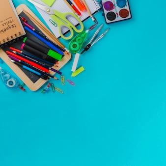 Kit escolar em fundo azul