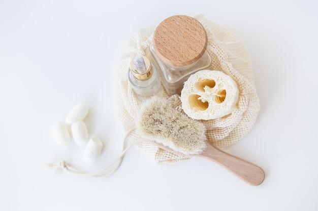 Kit inicial sem resíduos para limpeza facial. esponja, escova, esponja de bicho-da-seda. conceito de vida sem plástico, desperdício zero.