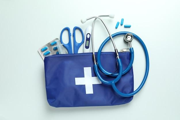 Kit médico de primeiros socorros em fundo branco