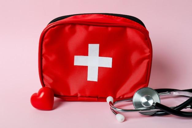 Kit médico de primeiros socorros em fundo rosa