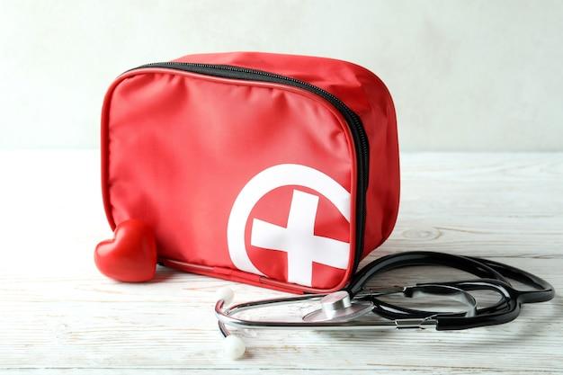 Kit médico de primeiros socorros na mesa de madeira branca